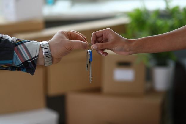 Mudarse a un apartamento nuevo y recibir las llaves.