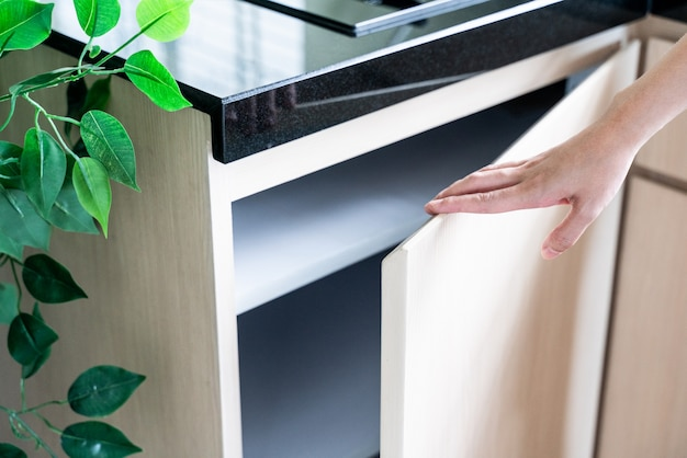 Mueble de cocina abierto a mano
