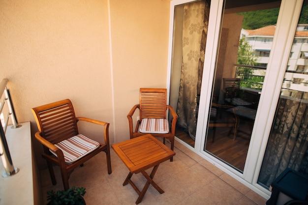 Muebles en el balcón del apartamento.