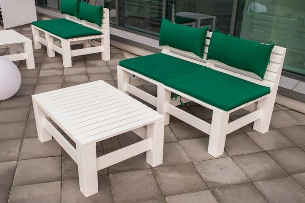Muebles ecológicos, mesa y sofá en la construcción de palets de madera.