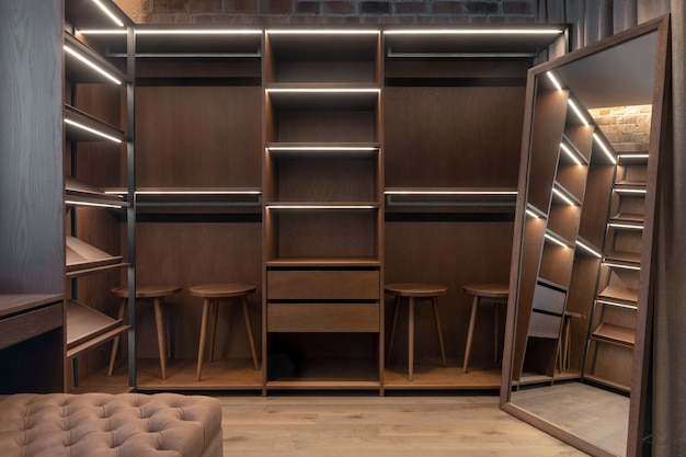 Muebles de madera en la habitación reflejada en espejo