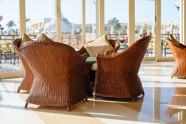 Muebles de mimbre en cafe