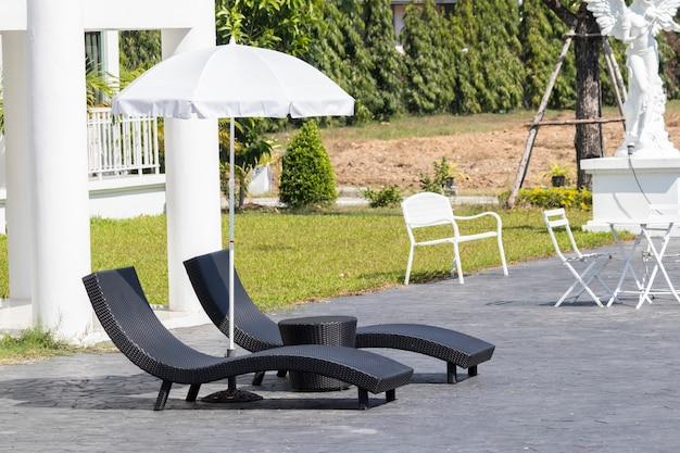 Muebles de mimbre para la relajación cerca de la piscina.
