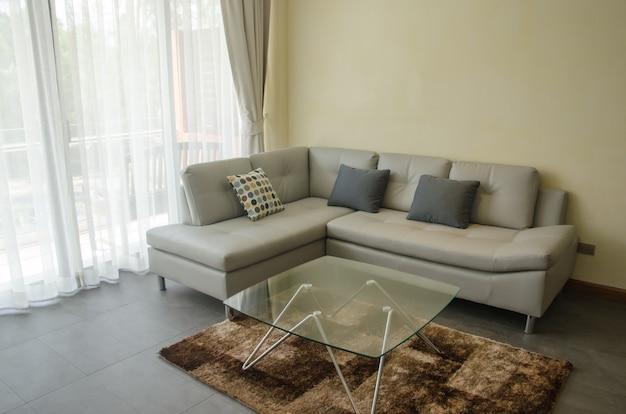Muebles modernos con almohadas.