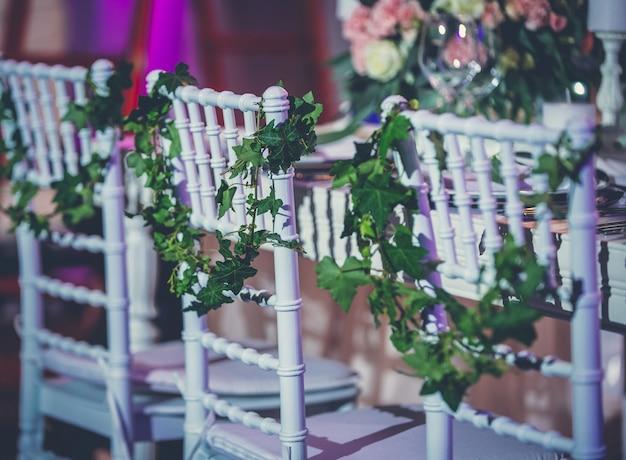 Muebles de salón de bodas decorados con flores y hojas.