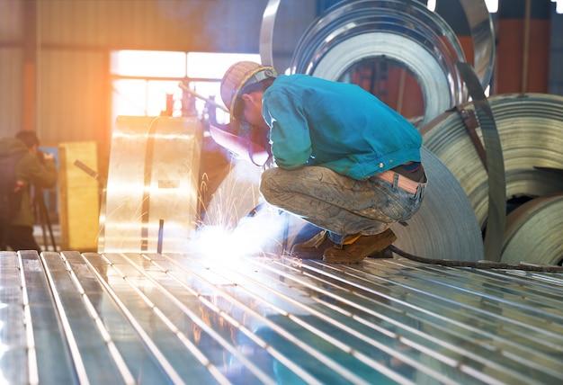 Muela eléctrica de rectificado sobre estructura de acero en fábrica