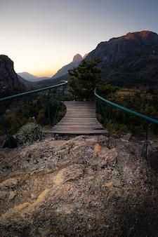Muelle en el acantilado con la hermosa vista de las montañas.
