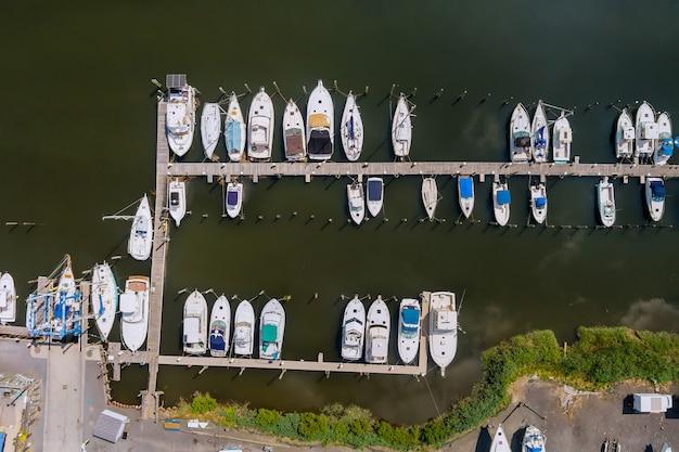 Muelle aéreo pequeña plataforma de madera para barco en el océano marina