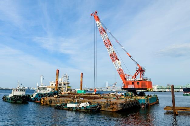 Muelle de carga con grúa en el sitio de construcción