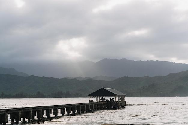Muelle de hanalei en hawaii, ee.uu. con un nublado cielo gris