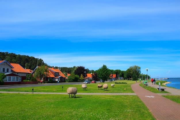 Muelle hermoso en el pueblo de juodkrante, lituania.