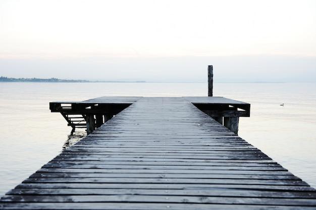 Muelle de madera en un hermoso lago