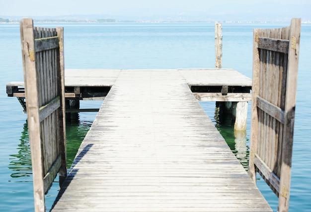 Muelle de madera en un hermoso mar