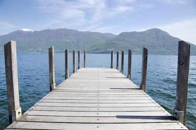 Muelle de madera junto al mar en ticino, suiza