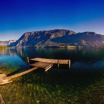 Muelle de madera en el lago de montaña