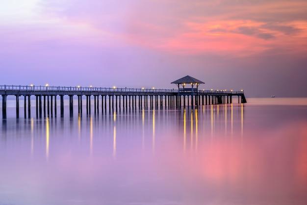 Muelle de madera entre la puesta de sol en tailandia