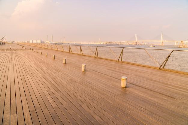 Muelle de osanbashi o puente con un hermoso horizonte de la ciudad de yokohama