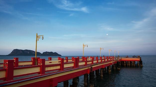 Muelle rojo en el mar