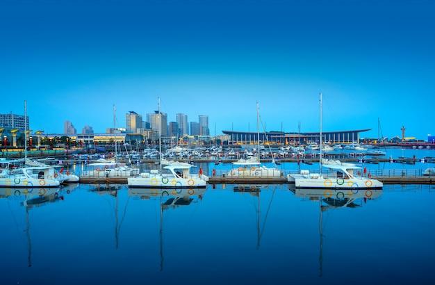 Muelle de yates de la bahía de qingdao y paisaje arquitectónico urbano
