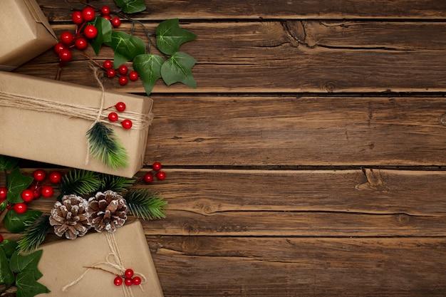 Muérdago y regalos de navidad en la mesa de madera rústica
