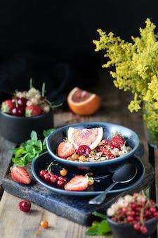 Muesli casero de calabaza con nueces y semillas en un frasco de vidrio para un desayuno saludable. bodegón otoñal. foto oscura