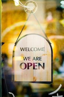 Muestra abierta en restaurante y tienda