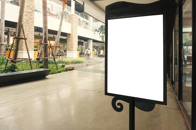 Muestra en blanco con el espacio de la copia para su mensaje de texto o mofa encima del contenido en centro comercial moderno.