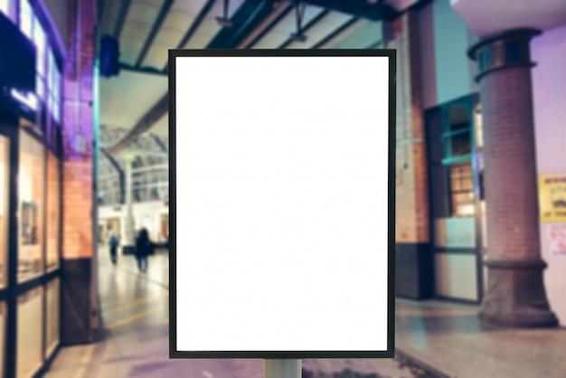 Muestra en blanco con espacio de copia para su mensaje de texto o simulacro de contenido en un moderno centro comercial.