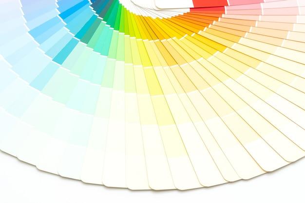 Muestra el catálogo de colores o el libro de muestras de colores