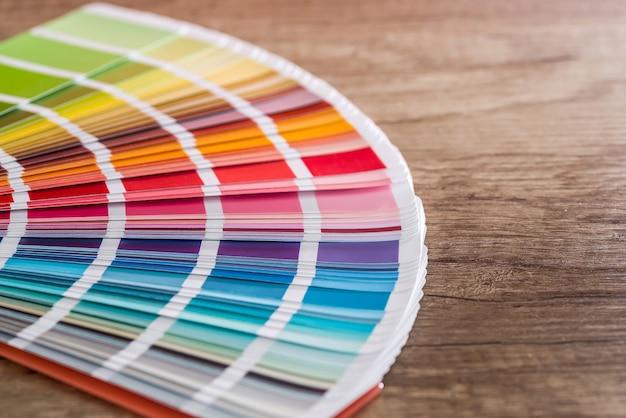Muestra de color en la mesa de madera como fondo