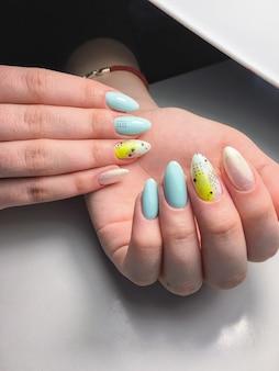 Muestra de diseño de uñas en manos femeninas.