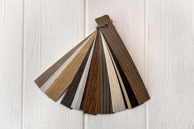 Muestra de plástico con textura en la pared de madera clara
