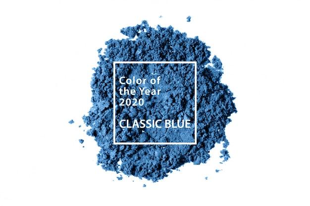 Muestra de polvo de maquillaje azul clásico