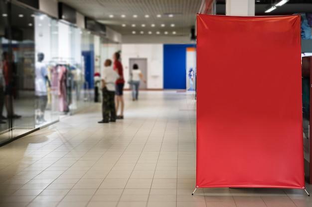 Muestra roja en blanco dentro de centro comercial
