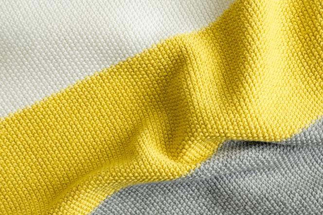 Muestra de tejido de punto con estampado de colores de moda del año 2021 iluminador, ultimate color gris y blanco.