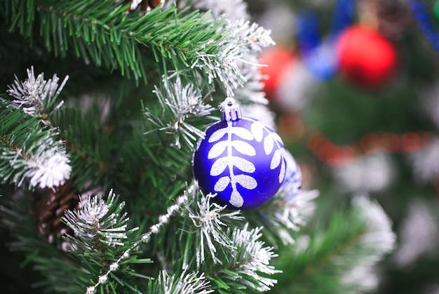 Se muestran artículos de decoración para las temporadas de acción de gracias y navidad en diferentes diseños y colores.