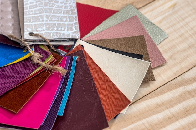 Muestrario de color de cuero en un escritorio de madera para el diseño