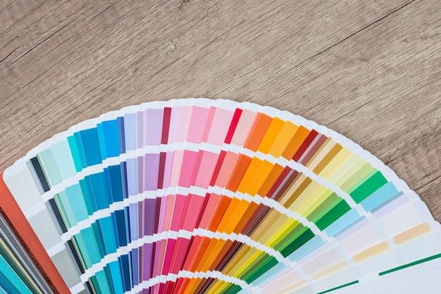 Muestrario de color sobre fondo de madera, pintura y renovación
