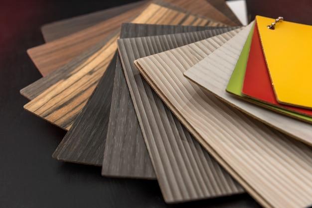 Muestrario de material de madera como patrón o textura para el diseño de la decoración interior del hogar aislado en negro. elección de madera dura