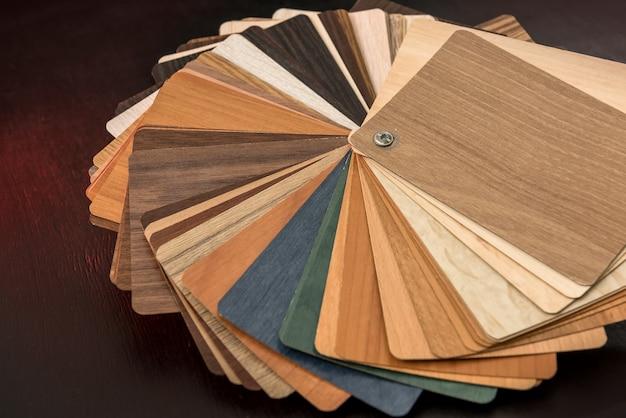 Muestrario de material de madera como patrón o textura para el diseño de la decoración interior del hogar aislado en la superficie negra