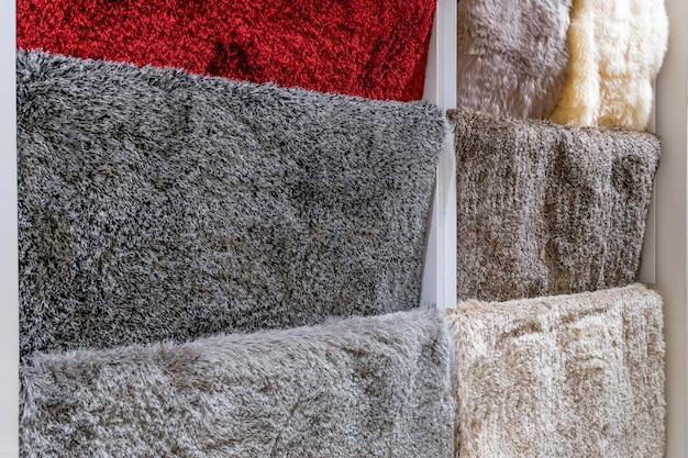 Muestras de alfombras coloridas en la tienda