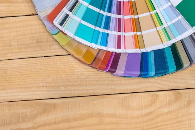 Muestras de color en abanico sobre fondo de madera