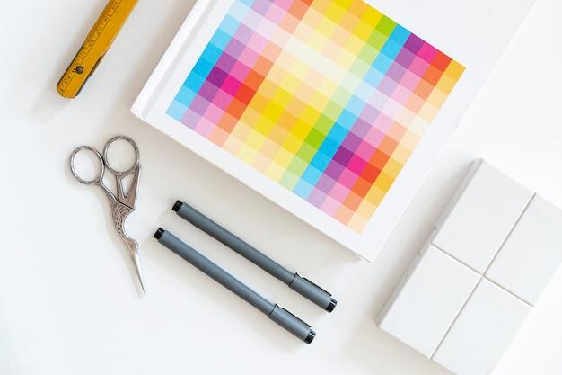Muestras de color con concepto de escritorio de marcadores