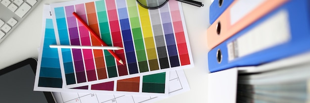 Muestras con colores, escritorio de diseño de interiores.
