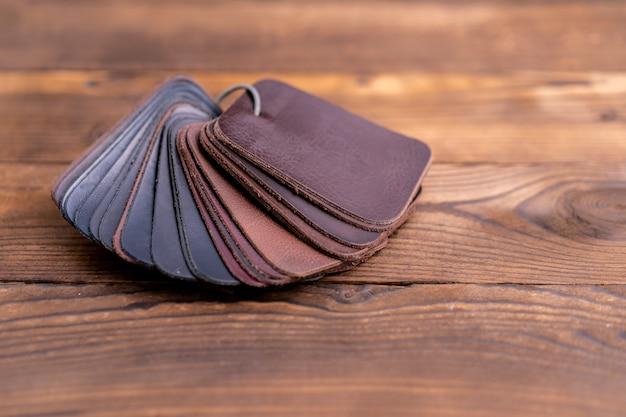 Muestras de cuero para zapatos en mesa de madera oscura
