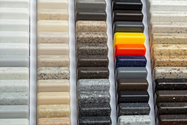 Muestras de granito natural, mármol y piedra de cuarzo, encimeras. modelo de piedras, primer plano. losas de colores modernos de piedra natural.