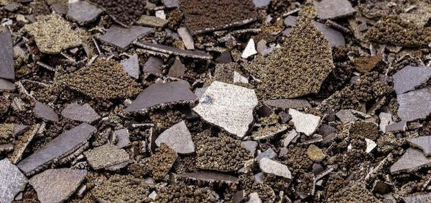 Muestras de manganeso, metal de manganeso puro en escamas utilizado en la industria, fondo blanco aislado.