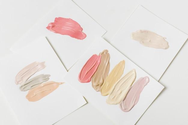 Muestras de maquillaje sobre papel.