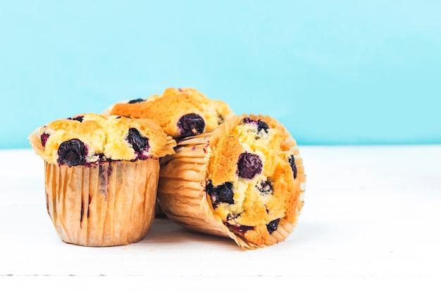 Muffin de arándanos horneados frescos