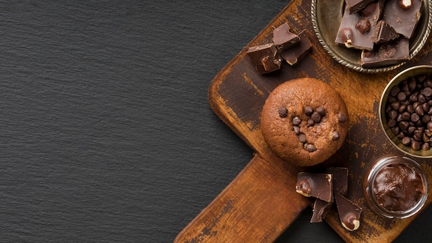 Muffin de chocolate en el espacio de copia de tablero de madera